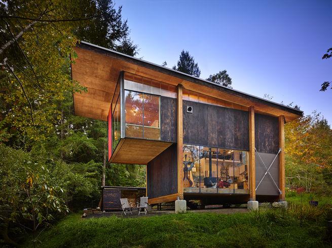 森の中にリサイクル木材だけで作ったスタジオ兼住宅