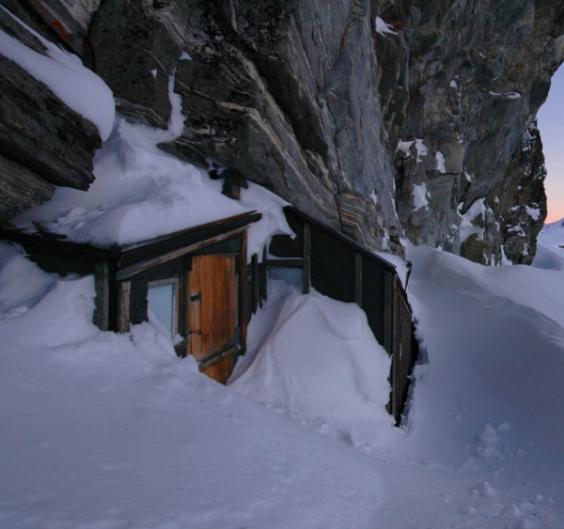 Fieldfare-cabin-winter-600x563
