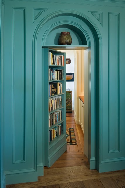 8-1   1house-on-penobscot-bay-library-bookshelf-secret-door-doorway-blue.jpg 秘密の本棚