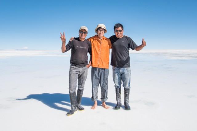 ウユニ塩湖でドライバーと記念撮影