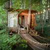 裏庭に作った「つり橋」に遊び心をかきたてられる、森のツリーハウス