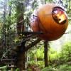 【どうやって浮いてるの?】森の中に浮かぶ謎の球体ツリーハウス
